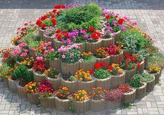 Kleiner Garten Round flower beds, herbs and vegetables: 40 eggs / # flower beds # eggs # vegetables Garden Yard Ideas, Diy Garden Projects, Garden Crafts, Garden Planters, Succulents Garden, Garden Beds, Garden Art, Flowers Garden, Diy Crafts