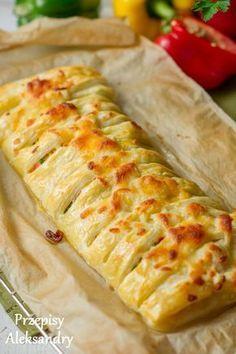 Pyszna jajecznica zapiekana w cieście francuskim - pyszne i proste śniadanie Breakfast Cake, Breakfast Recipes, Pan Relleno, Vegetarian Recipes, Cooking Recipes, Brunch, Savoury Baking, I Foods, Holiday Recipes