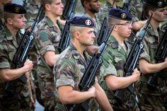 Quelques jours avant le défilé annuel, les soldats appelés à arpenter la célèbre avenue des Champs-Elysées s'entraînent sans relâche - et malgré la pluie - pour offrir un spectacle réglé sur mesure. Nous les avons suivis le temps d'une répétition.
