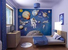 Une chambre à coucher avec un papier peint cosmos