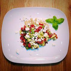 Glutenfreies Kraftpaket! Avocado-Tomatensalat auf Quinoa http://www.vitamin-b-happy.de/kitchen-talk/rezeptideen/avocado-tomatensalat-auf-quinoa/