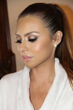 abendmakeup ideen haare in zopf öffnen das gesicht das make up soll ganz fein sein rosa glänzende lippen lidschatten