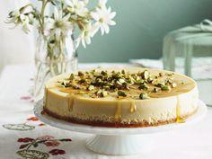 Cheesecake mit Frischkäse und Topping aus Honig und Pistazien | Zeit: 1 Std.  | http://eatsmarter.de/rezepte/frischkaesetarte-mit-honig-und-pistazien