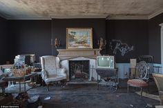 Inside a New York mansion frozen in time after being abandoned in the Abandoned Mansions, Abandoned Buildings, Abandoned Places, Romantic Home Decor, Romantic Homes, Foyers, Villa, Frozen In Time, Old Houses