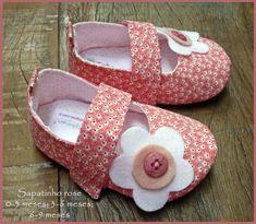 Sapatinho rosa, detalhes em flor de feltro e botãozinho. Fechamento com velcro, para melhor ajuste ao pezinho do bebê. Totalmente em tecido, inclusive o soladinho. Tecidos 100% algodão.   Informações de tamanhos: 0-3 meses - 9,5 cm de comprimento / corresponde aproximadamente à numeração 14; 3-6 meses - 11cm de comprimento / corresponde aproximadamente às numerações 16/17; 6-9 meses - 12cm de comprimento / corresponde aproximadamente à númeração 18. R$ 42,00