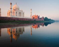 #ViajeDeNovios a #India: El Taj Mahal, un amor inmortal.  Construido a orillas del lago Yamuna, los colores de la puesta de sol se reflejan en el mármol blanco variando el color de la fachada y ratificando que, tal y como el emperador le prometió a su amada, se trata de la tumba más bonita del mundo.