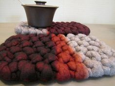 Fuente: http://www.etsy.com/listing/115287114/extra-chunky-hand-knit-wool-felt-natural