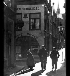 Pieterskerk Choorsteeg ter hoogte van de kruising met de Langebrug, gezien in de richting van de Pieterskerk (1939).