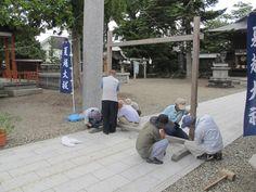 【茅の輪】平成24年7月16日、巴会会員と奉仕者の皆さんにご協力いただき、茅の輪を鳥居前に設置しました。