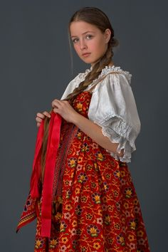 Girl in festive costume. Mtsensk District, Arkhangelsk Province., The beginning of the twentieth (collection Nabatova I.)