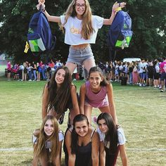 Chentelham ( Jugando a los castillos mientras esperan la BBQ Berta Human Pyramid, British Summer, Bbq, England, City, Bikinis, College, Instagram, United Kingdom