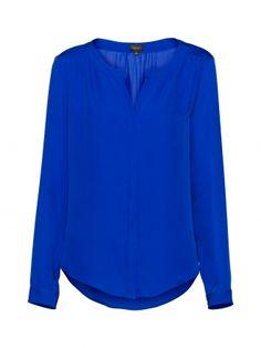 La blusa azul.