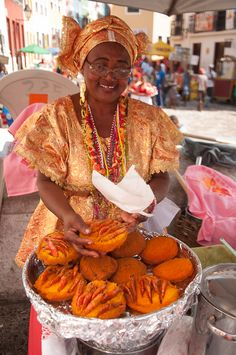 Baiana de Acarajé mercando no dia de Santa Bárbara o Acarajé de Iansã.