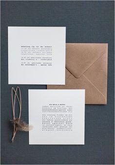 Quadratische Hochzeitseinladung minimaltistisch, Feder, Lederband, brauner Briefumschlag, Schreibmaschinenschrift - Von Anmut und Sinn
