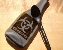 Plateau de fromages Biohazard imparfait fondu bouteille, bouteille aplatie cuillère, s'est effondré, bouteille en verre sablé Bio Hazard Design