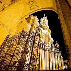 The #Cathedral of #Arequipa is built entirely of #sillar a type of volcanic rock. // La Catedral de Arequipa está construida enteramente en sillar piedra de origen volcánico. #Peru #Architecture by peru