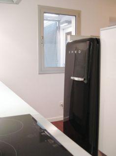Cocina. Los electrodomésticos están ocultos detrás de la media pared que separa la cocina de la sala de estar.
