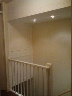 Optimaal gebruik trapgat naar zolder door een kast in het trapgat te bouwen.
