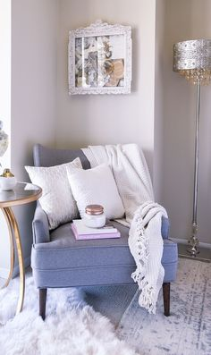 Tips on how to style a cozy corner in your home. Inspiration for home decor and interior design! Tips on how to style a cozy corner in your home. Inspiration for home decor and interior design! Cozy Reading Corners, Cozy Corner, Reading Nooks, Accent Chairs For Living Room, Living Room Decor, Living Pequeños, Sala Grande, Comfortable Accent Chairs, Comfy Chair