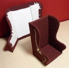Usually I make doll chairs using a pre-existing structure, such as a plastic bottle, cut to shape and then covered with felt and fabric. Th… - Usually I make doll chairs using a pre-existing structure, such as a plastic bot. Miniature Dollhouse Furniture, Miniature Kitchen, Diy Dollhouse, Miniature Dolls, Dollhouse Miniatures, Dollhouse Miniature Tutorials, Accessoires Lps, Diy Barbie Furniture, Luxury Furniture