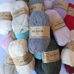 Drops Alpaca. Det tætteste du kommer på Peru! Skønt garn i 100% ren alpaca. Se de flotte farver her: http://hobbii.dk/collections/drops-alpaca-mix-unicolor