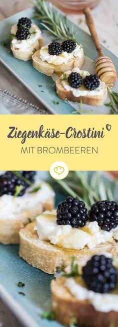 Getoppt mit cremigem Ziegenfrischkäse, Brombeeren und Rosmarinhonig sind diese Crostini ein unkompliziertes Schmankerl am Abend.