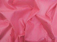 Couro Metalizado Tela, loja online de tecidos (Rosa). Couro ecológico com efeito metalizado suave. Possui vazados circulares, seguindo o padrão de uma tela. Tecido leve e maleável, ideal para peças que exijam certa flexibilidade, mas não para peças fluidas.  Sugestão para confeccionar: Saias, shorts, jaquetas, detalhes em peças, vestidos tubinho, entre outros.