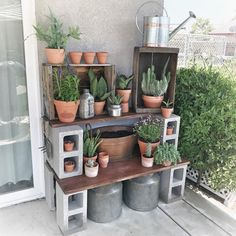 diy garden Cinder Block Potting Station: Or how about a table, like this genius DIY potting station We could also see this serving well as a grilling prep table. Click through to find more DIY garden ideas to use cinder blocks in your backyard. Cinder Block Furniture, Cinder Block Bench, Cinder Block Garden, Cinder Blocks, Cinder Block Shelves, Cinder Block Ideas, Station D'empotage, Potting Station, Backyard Garden Landscape