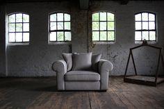 Fauteuil met een echte riviera uitstraling en een zeer goed zitcomfort. Deze stoel is leverbaar in honderden kleuren en in een groot aantal verschillende stoffen, van stoere basics tot fijne materialen als katoen en linnen. | Room108