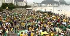 Manifestantes se reúnem na praia de Copacabana, no Rio de Janeiro, para protestar contra o governo Dilma Rousseff (PT). Manifestações devem ocorrer em pelo menos 415 cidades brasileiras e outras 23 no exterior, de acordo com os movimentos organizadores