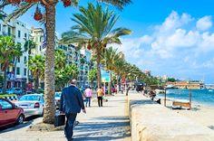 青い空と海が印象的なエジプトの港町 地中海の真珠と称される港町、エジプト・アレクサンドリア