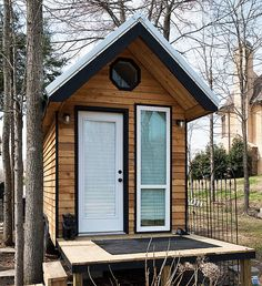 Easy to Build Tiny House Plans! This tiny house design-build video workshop shows how… Tiny House Swoon, Best Tiny House, Tiny House Cabin, Tiny House Living, Tiny House Plans, Tiny House On Wheels, Cozy Living, Simple Living, Living Room