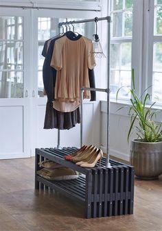 Plus Danmark Lattengarderobe vuren Rustik Design. Garderobe Design, Hallway Inspiration, House Rooms, Wardrobe Rack, New Homes, Furniture, Home Decor, Room Ideas, Decor Ideas
