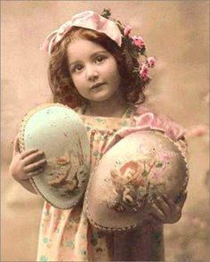 Girl with Decorated Easter Eggs Original Vintage Easter Art, Easter Crafts, Easter Eggs, Images Vintage, Vintage Postcards, Vintage Labels, Vintage Easter, Vintage Holiday, Easter Pictures