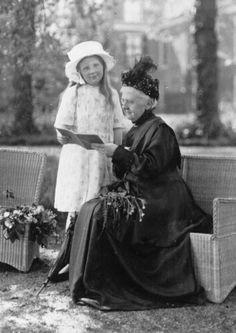 Koningin Emma met prinses Juliana in de achtertuin van paleis Huis ten Bosch, 1919