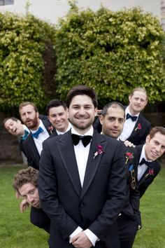 Una gran idea de fotografía del novio con los amigos. #FotografiaDeBodas