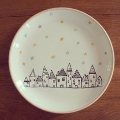 The village ceramic decorative plate par MoonAndWoodShop sur Etsy, €20.00