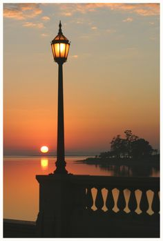 LA CARABA EN BICICLETA...: FAROLES, FAROLILLOS Y DEMÁS LUMINARIAS... Beautiful Sunset, Beautiful Places, Beautiful Pictures, Cute Photography, Nature Photography, Beautiful Bouquet Of Flowers, Autumn Scenery, Street Lamp, Belle Photo