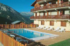 Hotel l'Ancolie is een prettig en goed geleid hotel. Champagny-en-Vanoise is een authentiek bergdorpje op een hoogte van ca. 1250 m, in het hart van de Tarentaise-vallei. Hotel l'Ancolie ligt net iets boven het centrum, naast Club Alpina. Ca. 100 m. van een cabinelift, die naar ca. 2000 m hoogte gaat. Je kunt vanuit het hotel fantastisch wandelen of een uitstapje naar Albertville maken. Een excursie naar het nationale park van Vanoise is zeker de moeite waard. Officiële categorie ***