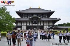 Templo Toda-Ji em Nara  Ao entrar no grande jardim do templo de Todai-Ji, é fácil de se impressionar com a beleza e tamanho, pois a construção é considerada o maior templo em madeira do mundo.