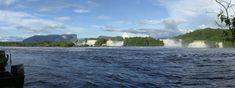 Venezuela, PN Canaima, Lago Canaima Se extiende sobre 30.000 km² hasta la frontera con Guyana y Brasil, por su tamaño es considerado el sexto parque nacional más grande del mundo. Cerca de 65 % del parque está ocupado por mesetas de roca llamadas tepuyes.