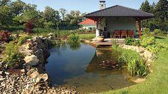 Zahradní jezírko je přirozenou součástí domu a okolí, malou oázou klidu a…