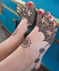 Mehndi designs have been used to brighten the brides feet for a long time. Check out these amazing foot mehndi designs for more! Mehandi Designs, New Mehndi Designs 2018, Henna Tattoo Designs Arm, Cool Henna Designs, Mehndi Design Images, Beautiful Henna Designs, Mehndi Tattoo, Henna Mehndi, Mehndi Art