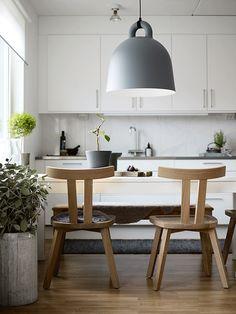 Faccio una premessa: adoro le sedie degli Eames e quelle di Arne Jacobsenche così spesso si vedono negli interni scandinavi. Però ogni tanto ho bisogno di qualcosa di diverso. Per questo non appena mi sono imbattuta in questa cucina, è stato subito amore. Le sedie di Gervasoni sonobellissime. Emi piace tanto come scaldano il bianco...Read More » »