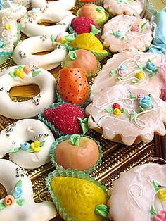 Dolci Sardi ~ Sweets from Sardinia, Italy Moroccan Desserts, Italian Pastries, Biscotti, Party Sweets, Italian Cookies, Sweet Sauce, Sugar Craft, Rose Cake, Happy Foods