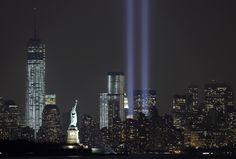 De lichtstralen die de Twin Towers vertolken, met op de voorgrond het Vrijheidsbeeld. #neverforget