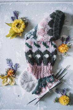 MUITAIHANIASYYSSUKAT ALUSTA LOPPUUN – MUITA IHANIA Knit Crochet, Crochet Hats, Boot Cuffs, Handicraft, Winter Hats, Socks, Knitting, Knits, Crocheting