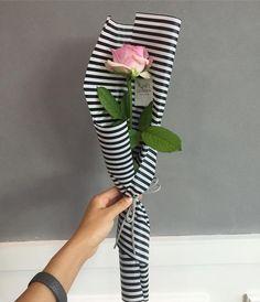 The Undermined Importance of Flowers - Send Flowers Online Single Flower Bouquet, Hand Bouquet, Arte Floral, Beautiful Flower Arrangements, Floral Arrangements, Ikebana, Amazing Flowers, Beautiful Flowers, Buy Flowers Online