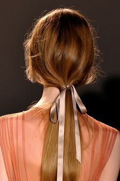 Tendencias en peinados belleza coleta baja - Jenny Packham
