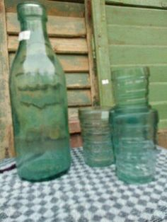 Vintage milk bottles, very nice on the dining table with milk, juice or water. Set with 4 vintage glasses 20 euro